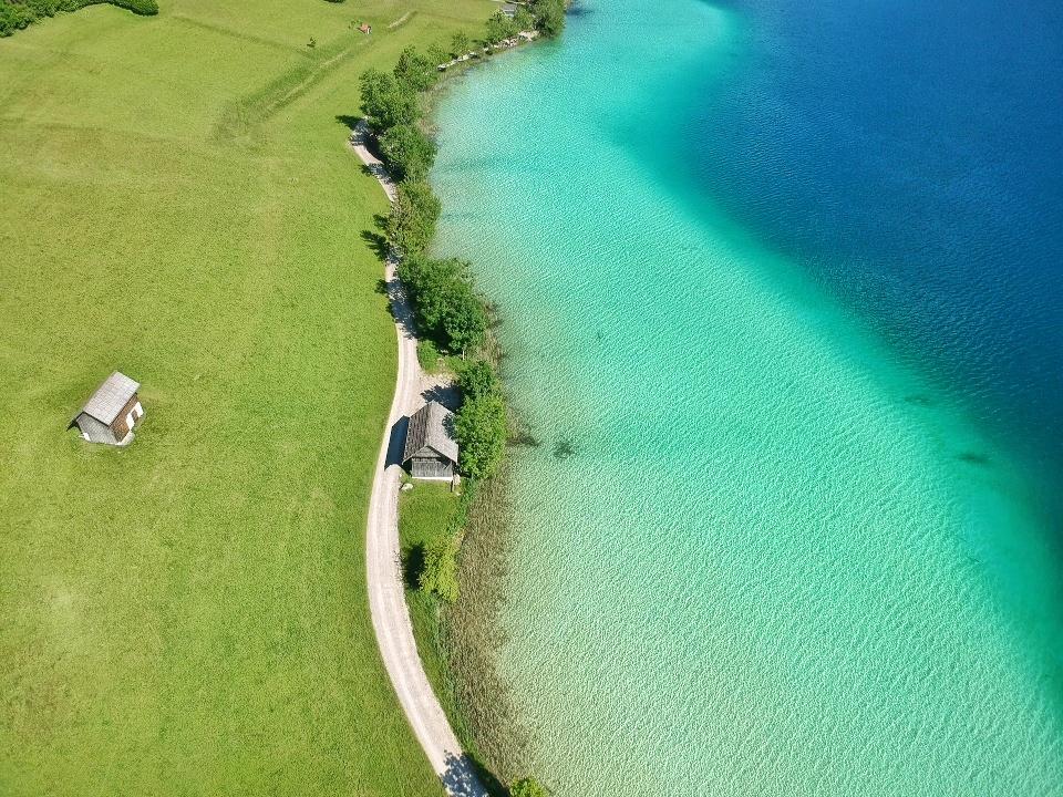 Drohnenflug über das Norufer des Weißensees, Kärnten, Österreich